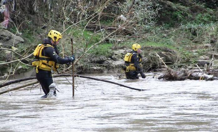 Le ricerche dei carabinieri lungo il fiume