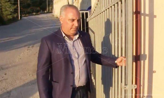 Roberto Incoronato davanti alla sua struttura a Capo Vaticano