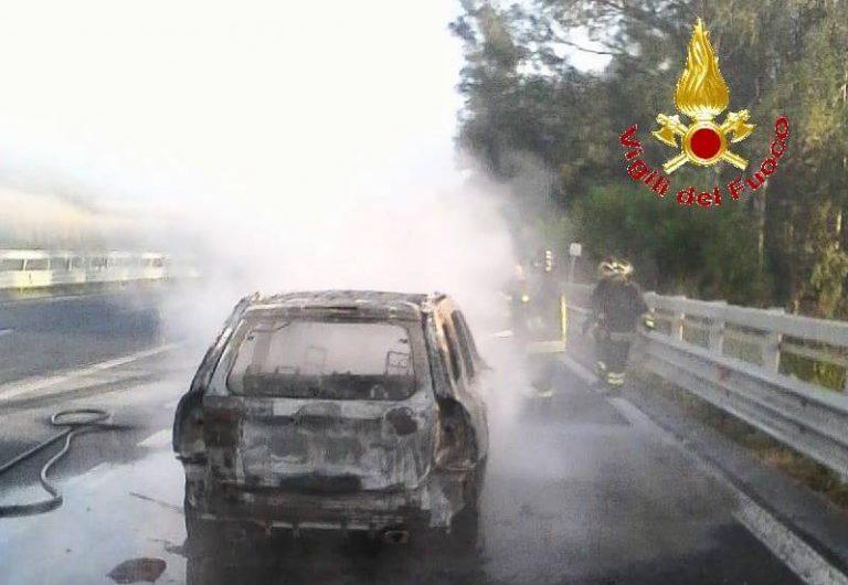 Paura sull'A2 tra Rosarno e Mileto, vettura prende fuoco in marcia