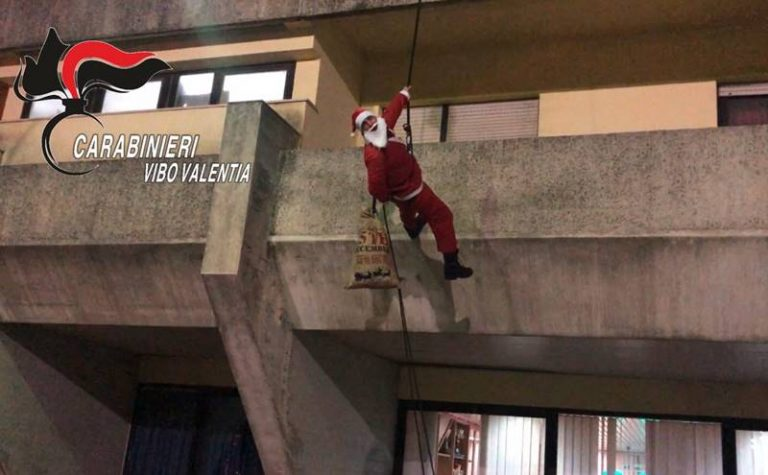Gli auguri speciali dei Carabinieri di Vibo, Babbo Natale si cala dalla facciata della caserma – Video