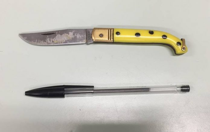 Uno dei coltelli sequestrati