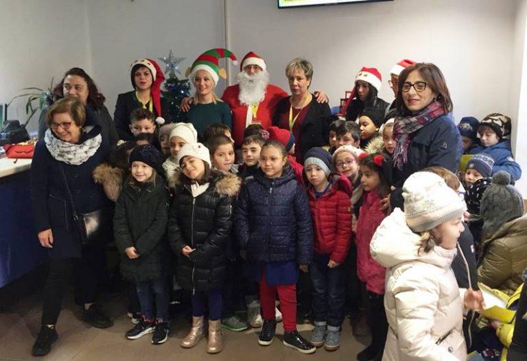 """Alunni della """"Murmura"""" alle Poste, da Vibo partono le letterine a Babbo Natale"""