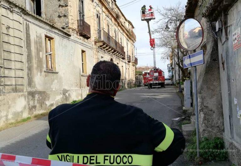 Briatico, Palazzo Bisogni a rischio crolli: intervengono i vigili del fuoco