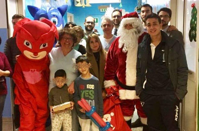 Un sorriso ai piccoli pazienti: giocattoli e mascotte invadono la pediatria di Vibo