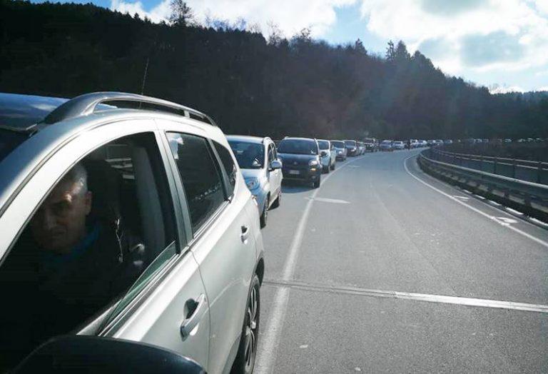 A venti chilometri l'ora lungo la Sp 53, è protesta per i ritardi della Trasversale delle Serre – Video