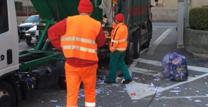 Raccolta rifiuti, la denuncia di Slai Cobas: «Lavoratori senza servizi igienici né spogliatoi»