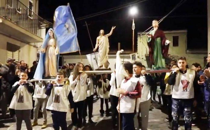 Le nuove statue portate dai bambini