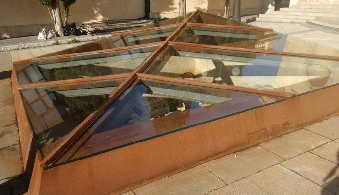 La teca in vetro posizionata in piazza San Leoluca a Vibo