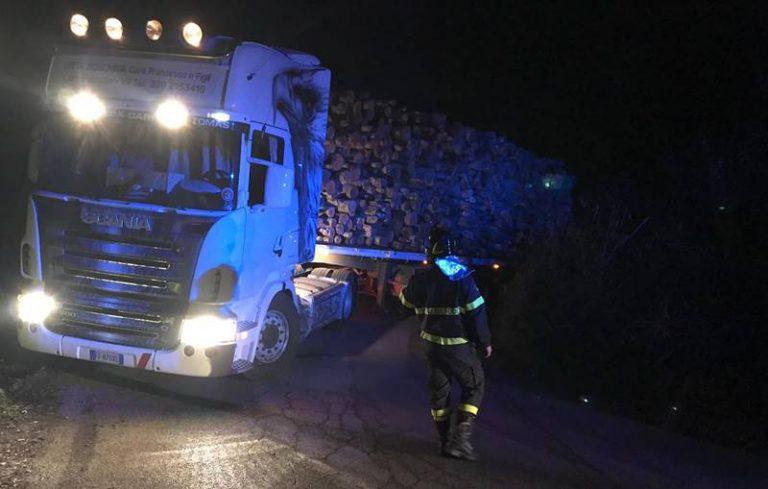 Tir carico di legname si blocca in un tornante, disagi tra San Nicola da Crissa e Filogaso