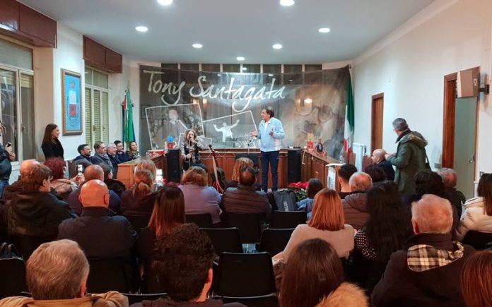 L'esibizione di Tony Santagata a San Calogero