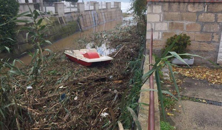 Canne, rifiuti e… pedalò: così il torrente Bravo è diventato una discarica