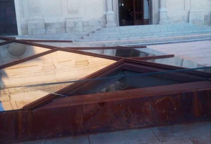 Il vetro inclinato nella struttura