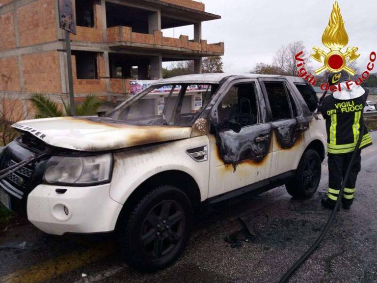 Auto prende fuoco in marcia, paura sulla ex Statale 606 tra Sant'Onofrio e Vibo