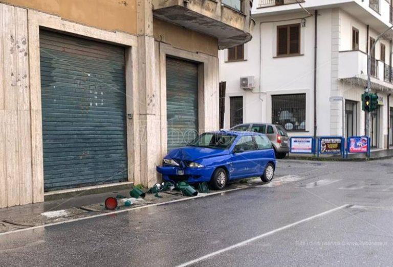 Auto contro semaforo a Vibo, impianto abbattuto e distrutto nell'impatto