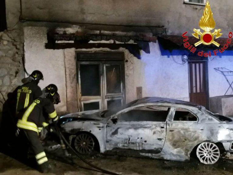 Auto in fiamme nella notte a Tropea, ingenti i danni