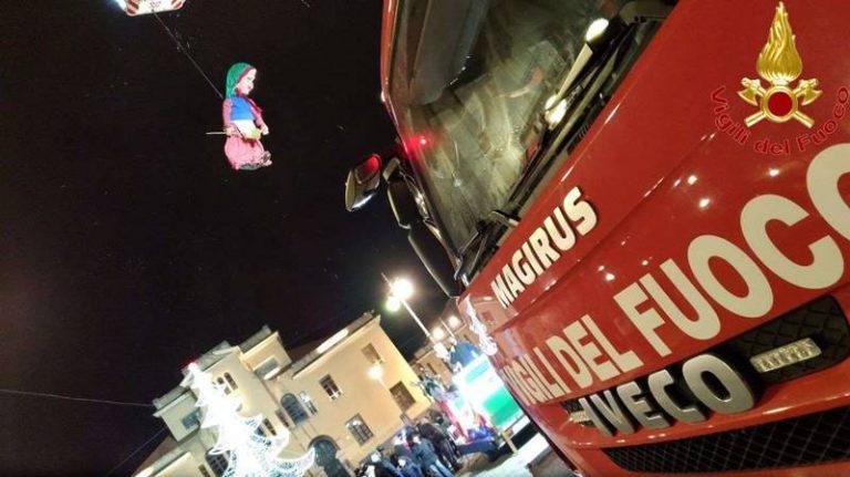 La Befana dei Vigili del fuoco arriva dal cielo per la gioia dei bimbi vibonesi – Video