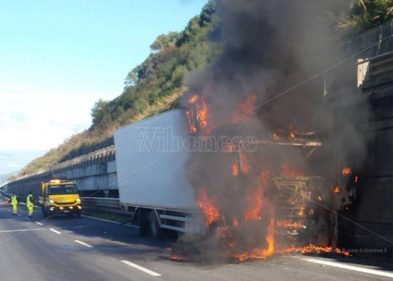 Paura sull'autostrada, camion in fiamme nei pressi dell'uscita di Sant'Onofrio