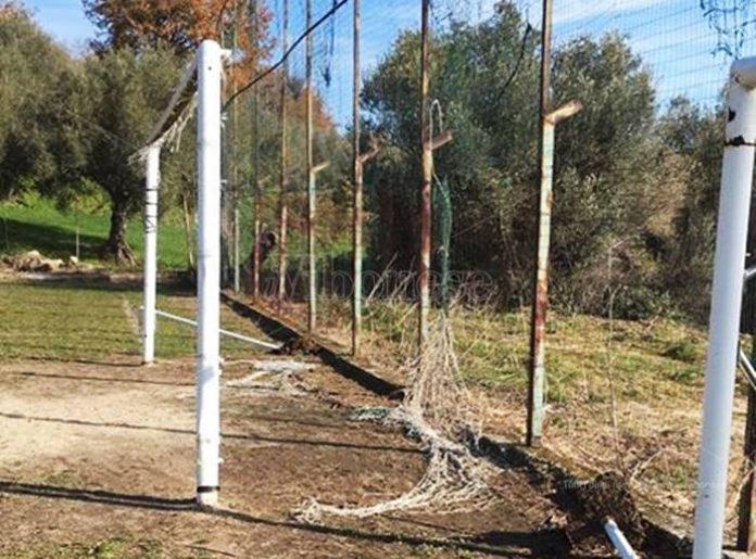 Le reti squarciate del campo di calcio