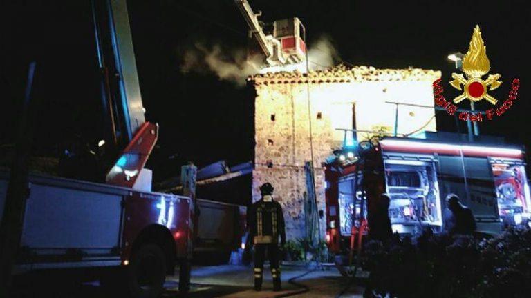 In fiamme il tetto di un'abitazione rurale a Francavilla Angitola