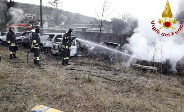 In fiamme dieci auto in un deposito del Vibonese – Foto
