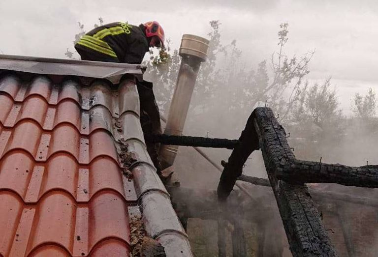 Canna fumaria in fiamme a Limbadi, casa disabitata distrutta dal rogo