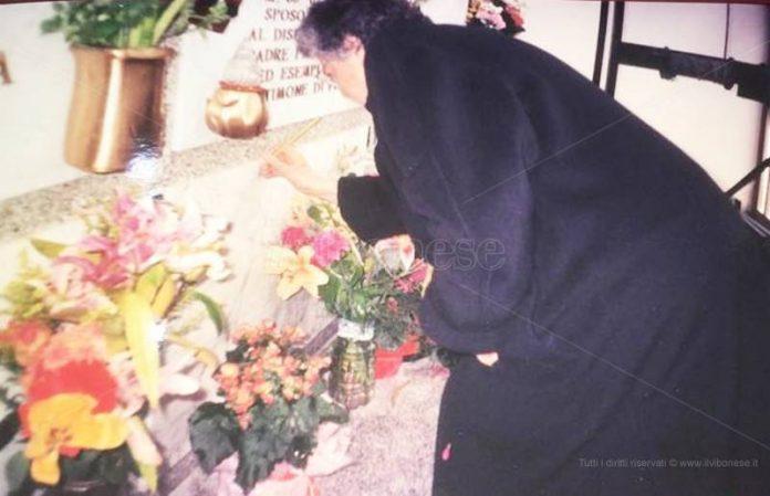 Natuzza sulla tomba del marito