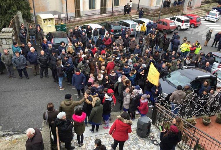Fabrizia, cittadini in piazza contro la chiusura della filiale Bper Banca