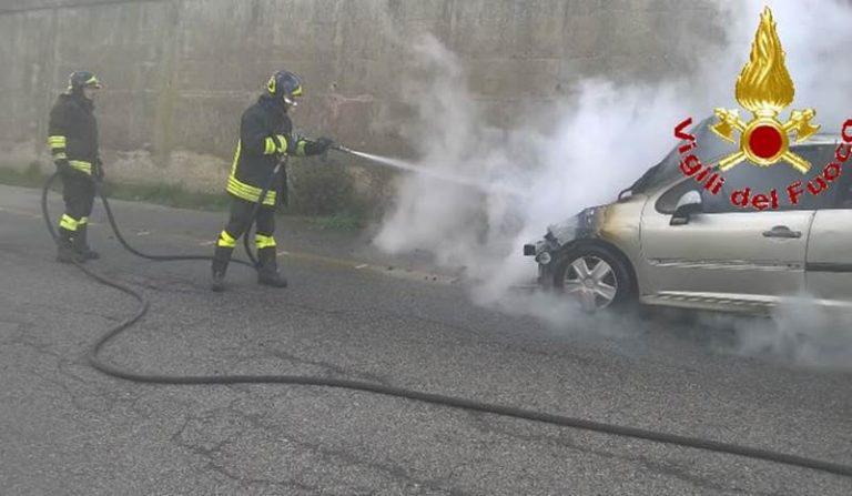 Auto in fiamme fra Vibo e Sant'Onofrio, intervengono i vigili del fuoco