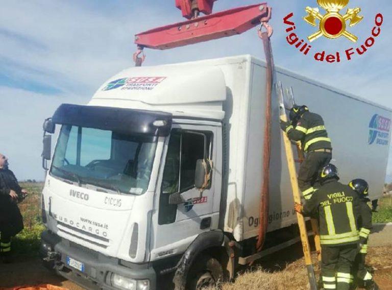 Autocarro incastrato nel Vibonese soccorso dai vigili del fuoco