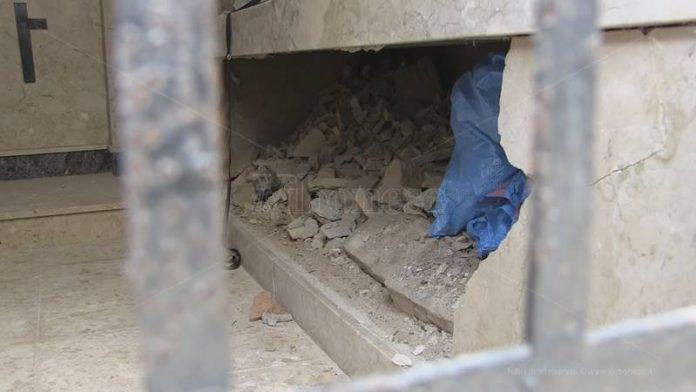 I loculi distrutti nel cimitero di Vibo
