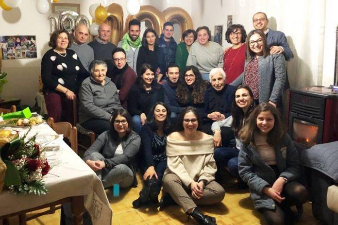 Zia Rosaria attorniata dai suoi familiari