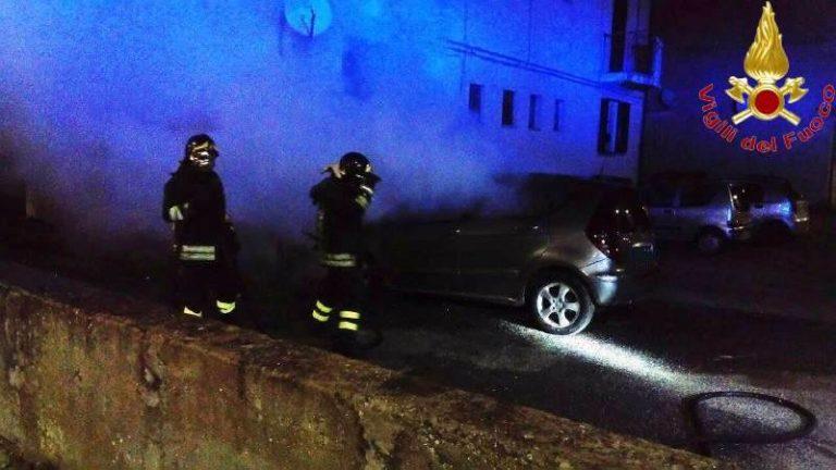 Auto in fiamme a Vibo Valentia, sul posto i vigili del fuoco