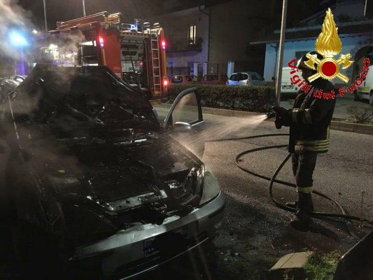 Auto in fiamme in via De Gasperi a Vibo, si indaga sulle cause del rogo
