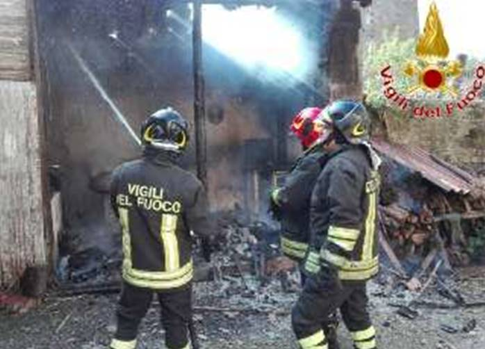 Fabbricato rurale in fiamme a Tropea, intervengono i vigili del fuoco