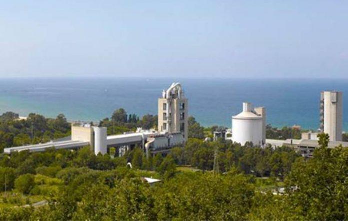 Lo stabilimento dell'Italcementi a Vibo Marina