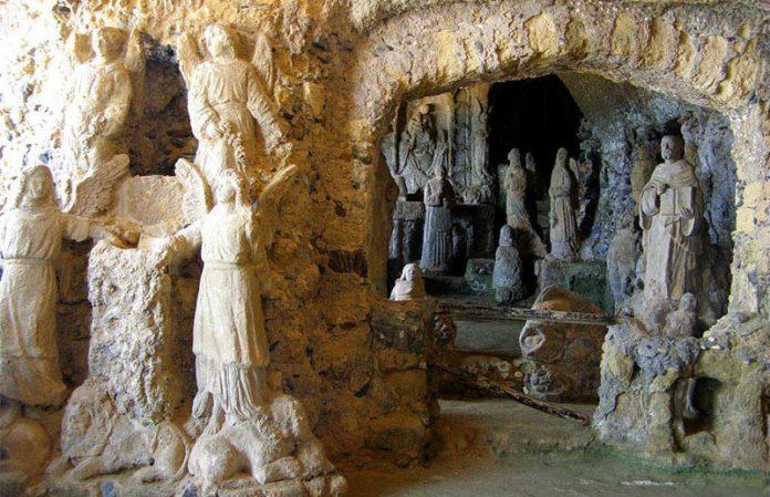 L'interno della chiesa di Piedigrotta a Pizzo