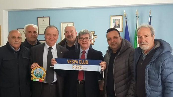 Gualtieri con i soci del Vespa club