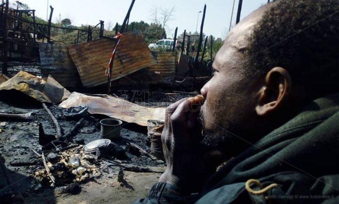 Un ragazzo africano alla baraccopoli in cenere