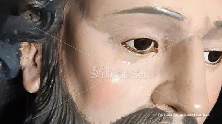 """""""Lacrime"""" sulla statua di San Francesco a Pannaconi, la diocesi: «Semplice reazione chimica»"""