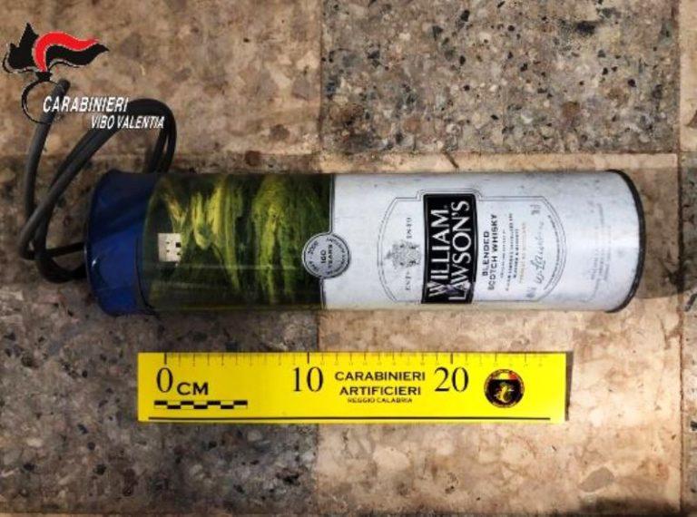 Bomba nascosta in una bottiglia di whisky a Tropea: l'Arma arresta due fratelli – Video