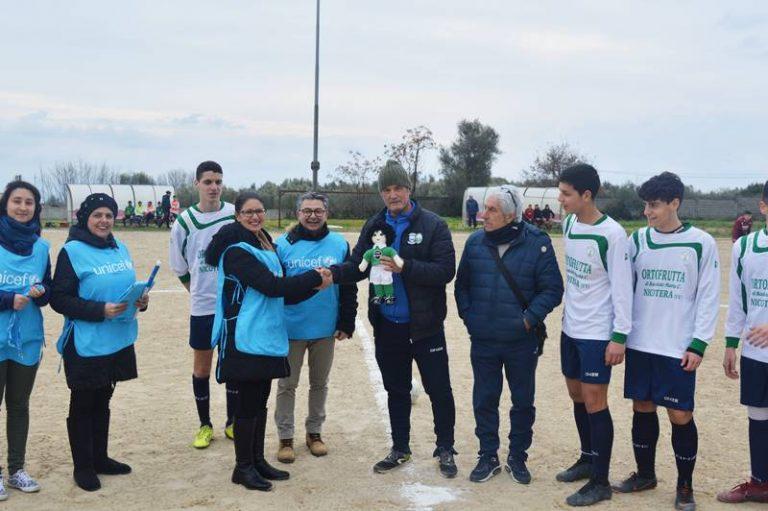 """L'Unicef a Nicotera omaggia la squadra di calcio con il """"pigotto"""" Ciccio"""