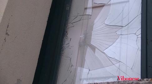 Vandali in azione a Vibo, in frantumi vetrate del Valentianum – Video