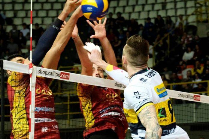 Un'azione della gara d'andata giocata a Reggio Calabria