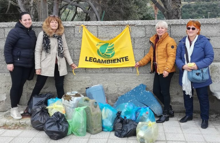 """Zambrone, studenti a lezione di educazione ambientale col progetto """"Puliamo il Mondo"""""""