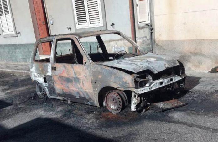 L'auto incendiata a Mileto