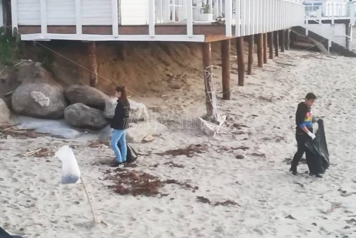 Bambini ripuliscono la spiaggia a Tropea