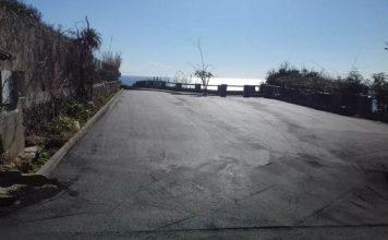 L'asfalto nel piazzale del parcheggio del belvedere di Capo Vaticano