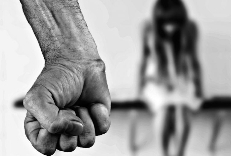 Calci, pugni e violenze alla moglie davanti ai figli: arrestato 40enne