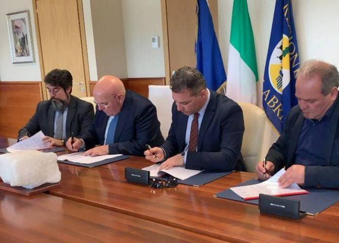 La firma della convenzione in Regione