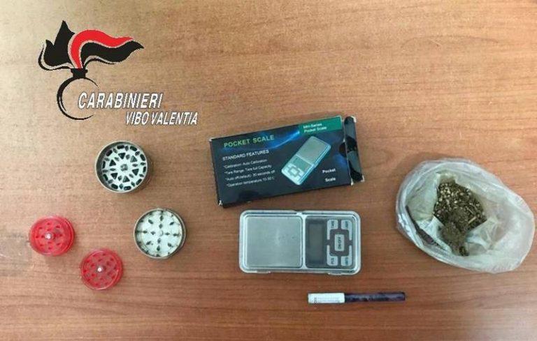Nicotera, nascondeva marijuana in camera da letto: arrestato 31enne